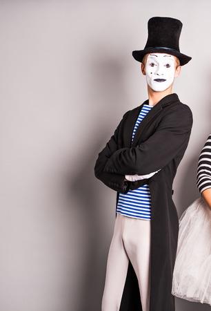 mimo: Elegante estilo masculino posando mimo expresivo Foto de archivo