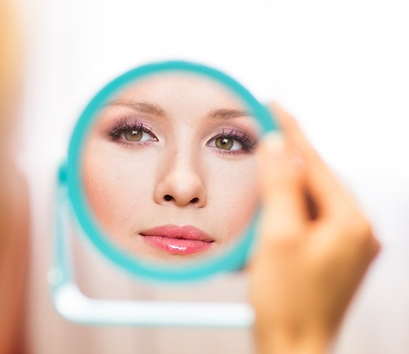 reflexion: hermosa reflexión muy joven en el espejo.