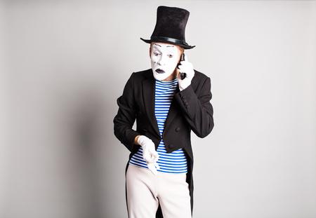 mimo: Hombre mimo que habla en su tel�fono celular. concepto del D�a de los Inocentes Foto de archivo