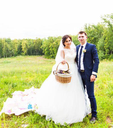 aire puro: Feliz novia y el novio se ve en las sonrisas de la cámara en el aire fresco Foto de archivo