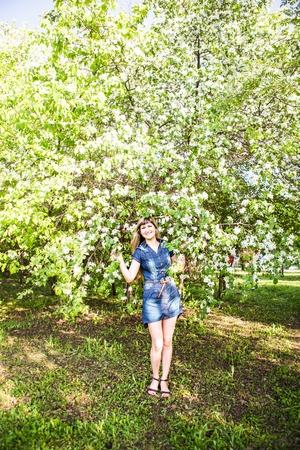naranjo arbol: Mujer hermosa primavera de árboles en flor en el jardín