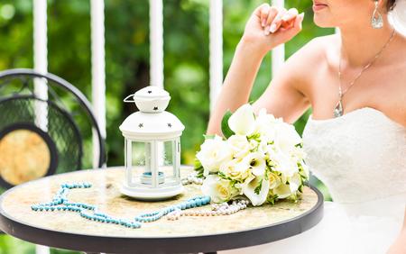 calas blancas: Ramo de la boda de la novia - rosas blancas y calas acostado en la tabla en la boda en la naturaleza en d�a de verano. Decoraci�n de novia cl�sica y elegante. cerca del ramo de la boda. Foto de archivo