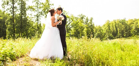 mariage: Young wedding couple enjoying romantic moments outside on a summer meadow.
