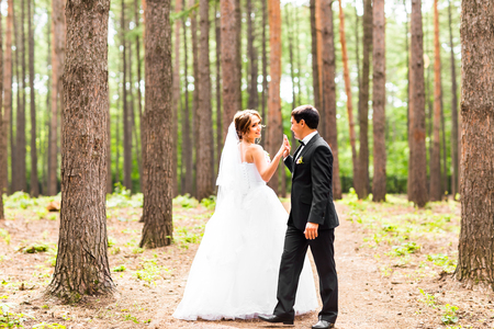 Braut und Bräutigam tanzen den Tango in der Natur. Hochzeitstanz im Freien. Tänzer Liebe zu fliegen.