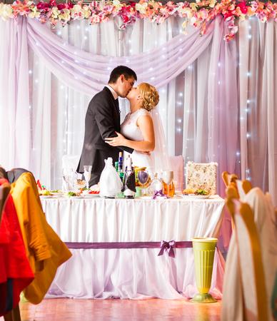 Bride And Groom Bénéficiant repas à réception de mariage.
