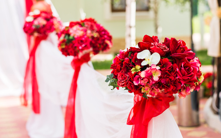 Ceremonie van het huwelijk Decoraties Buitenshuis. bruiloft in de natuur