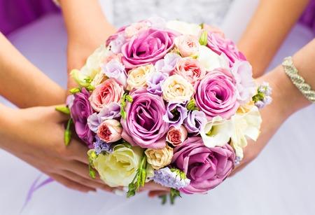 Mooie bruiloft boeket in handen van de bruid.