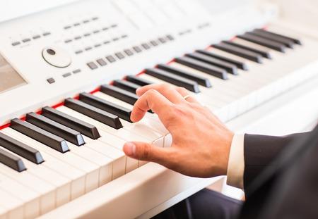 pianista: Las manos del m�sico. pianista tocando el piano el�ctrico