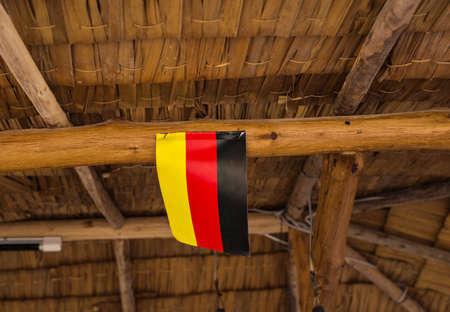 bandera de alemania: Bandera de Alemania. Imagen de la bandera de Alemania con el fondo de la caba�a