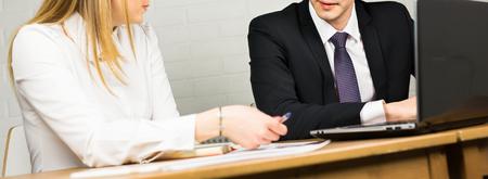 Los trabajadores de oficina masculino y femenino. Imagen de dos socios de negocios exitosas de trabajo en el encuentro en oficina Foto de archivo - 59063271