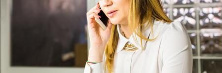 hablando por celular: concepto de negocio - primer plano de mujer de negocios hablando por teléfono en la oficina.