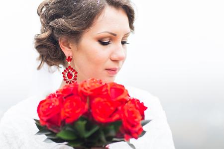 visone: sposa inverno in beautirul pelliccia scialle azienda mazzo di rose rosse