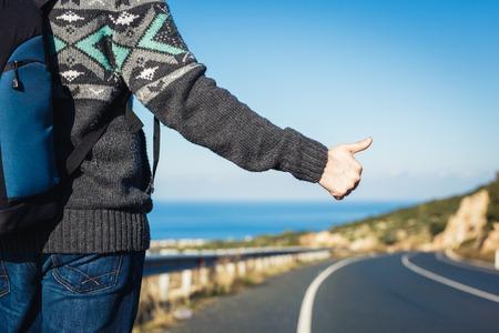 道路の旅、旅行、ジェスチャーと人コンセプト - 手話を親指でヒッチ ハイカー停止車