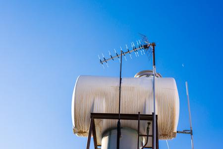 Hedendaagse warmwaterpanelen op een huis