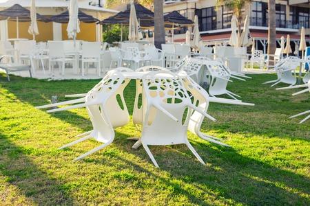 Muebles De Madera Al Aire Libre Sillones En El Jardín Del Hotel Lo ...