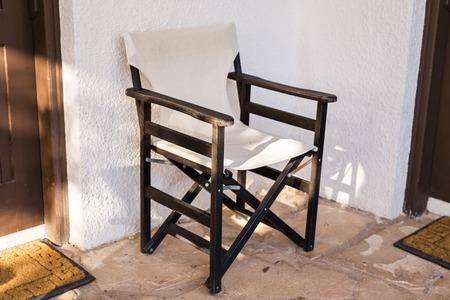 Gartenmöbel. Liegestühle Im Hotelgarten Laden Zum Entspannen Ein