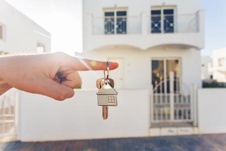 新しい家および不動産のための手でキー