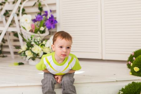 Niño pequeño que muestra dolor de estómago Foto de archivo - 77911571
