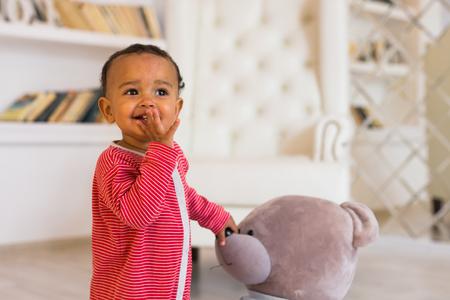 Afro-Amerikaanse baby jongen met teddybeer Stockfoto