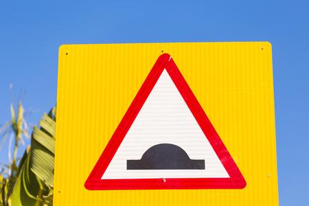 警告の交通標識。でこぼこした道。 写真素材