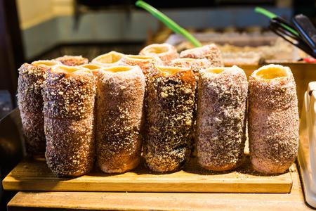 Trdelnik: repostería dulce tradicional checa vendida en las calles de Praga. Foto de archivo - 83276395