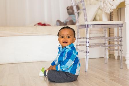Portret van een schattige kleine African American jongen glimlachen Stockfoto