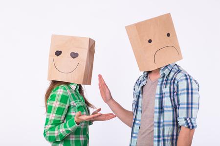 teleurgestelde man met zakken over hoofden die zijn vrouw afwijzen.