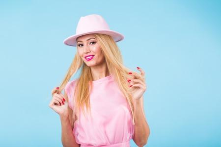 Portrait de femme blonde souriante au look à la mode sur fond bleu. Concept de style, mode, été et personnes Banque d'images - 100505616