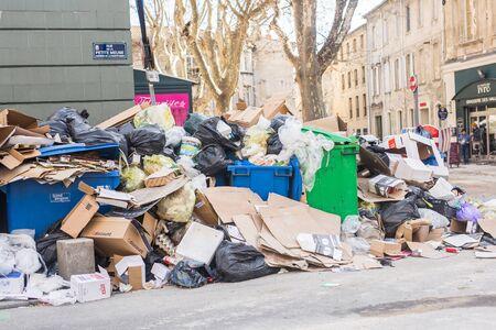 Avignon, France - 13 february 2018 : full garbage bins and trash dump in the street of Avignon. Foto de archivo - 134443621