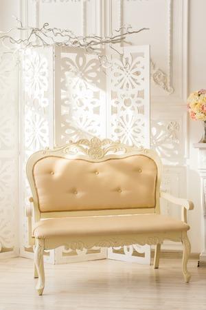 Intérieur blanc classique du salon avec canapé