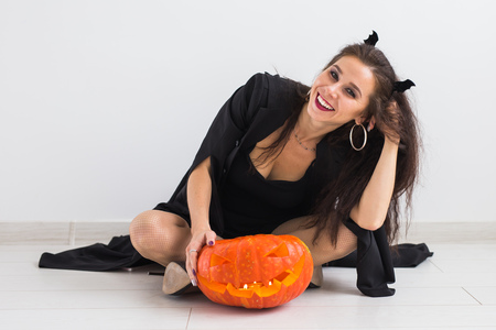 Portrait of a stylish brunette woman with halloween pumpkin Banque d'images - 108518291