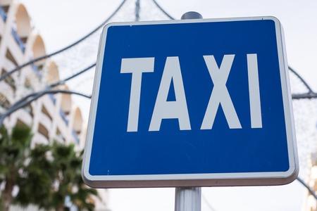 Señal de taxi azul en el centro de la ciudad