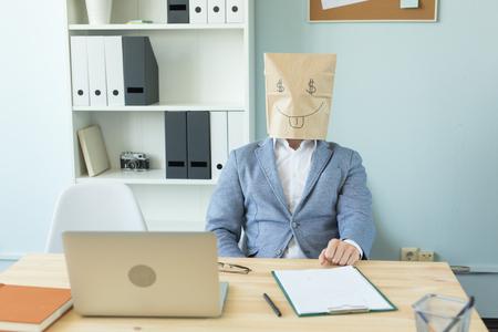 Geschäfts-, Emotionen- und Geldkonzept - verrückter Büromann legte ein Paket mit gemaltem lustigem Gesicht auf ihren Kopf. Dollarzeichen in ihren Augen