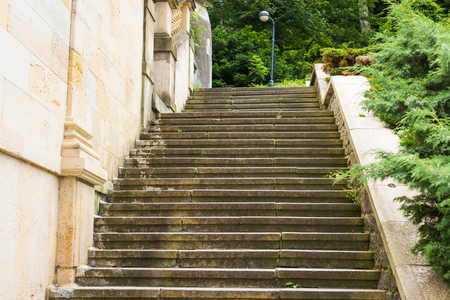 Stone staircase leading up a walkway through a park Stockfoto