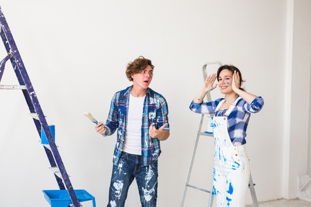 Conflict, redecoration and renovation concept - Young woman and man with annoying faces and bad emotions during renovation in apartment Standard-Bild - 115822483