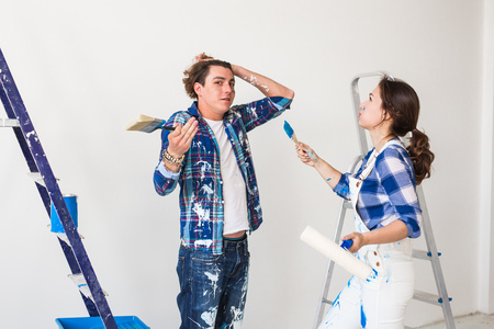 Conflict, redecoration and renovation concept - Young woman and man with annoying faces and bad emotions during renovation in apartment Standard-Bild - 116349757