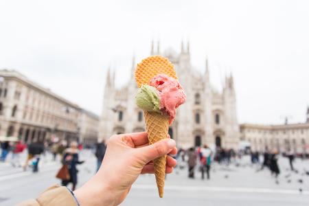 Concept de voyage, d'Italie et de vacances - Crème glacée devant le Duomo de cathédrale de Milan