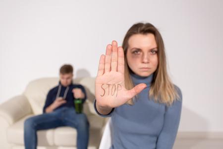 Concepto de alcoholismo, abuso y problema: mujer triste muestra señal de stop, detener la violencia doméstica