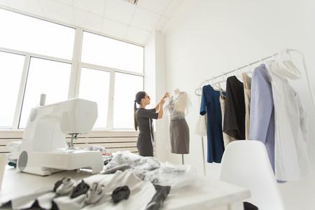concetto di persone, moda e showroom - giovane stilista nel suo showroom Archivio Fotografico
