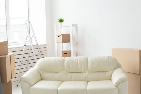 Cardboard boxes, sofa and carpet - moving to a new house Stockfoto - 128614817
