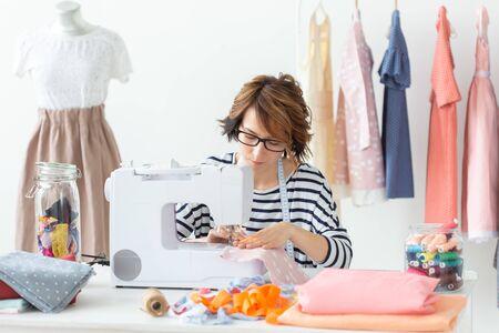 Bekleidungsdesignerin, Näherin, People Concept - Bekleidungsdesignerin in ihrem Atelier