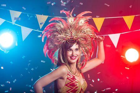 Konzept für Urlaub, Party, Tanz und Nachtleben - Schöne Frau, die für die Karnevalsnacht gekleidet ist