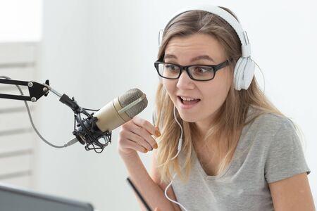 Concetto di conduttore radiofonico - Primo piano del ritratto di una presentatrice radiofonica con le cuffie Archivio Fotografico