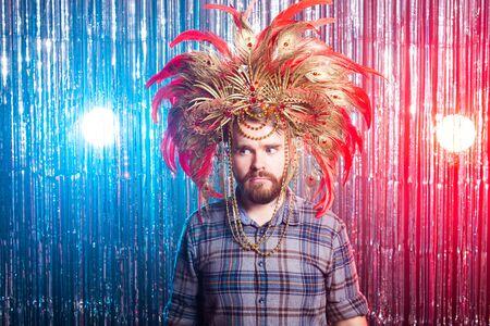 Concept de personnes amusantes, vacances et poisson d'avril - Homme étrange avec masque de carnaval et chapeau Banque d'images