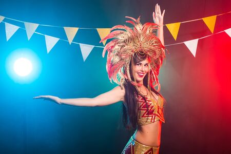 Carnival, belly dance and holiday concept - Beautiful female samba dancer wearing gold costume and smiling Standard-Bild - 132445005