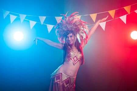 Carnival, belly dance and holiday concept - Beautiful female samba dancer wearing gold costume and smiling Standard-Bild - 132754993