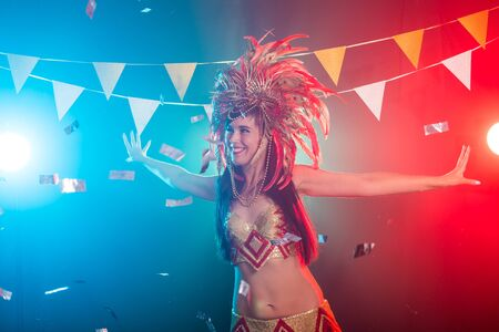 Carnival, belly dance and holiday concept - Beautiful female samba dancer wearing gold costume and smiling Standard-Bild - 132755030