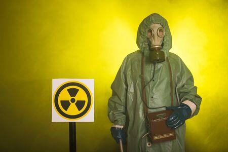 Concepto de radiación y peligro - Hombre con traje de protección de materiales peligrosos. Foto de archivo