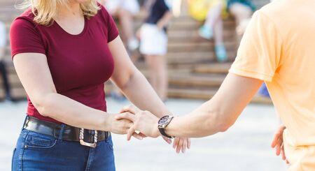 Concepto de kizomba, bachata o salsa - pareja de belleza bailando baile social en una fiesta al aire libre