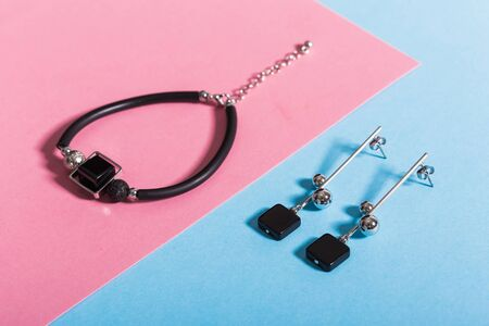Womens Jewelry. Trendy jewelry on coloured background. Flat lay, top view. Archivio Fotografico